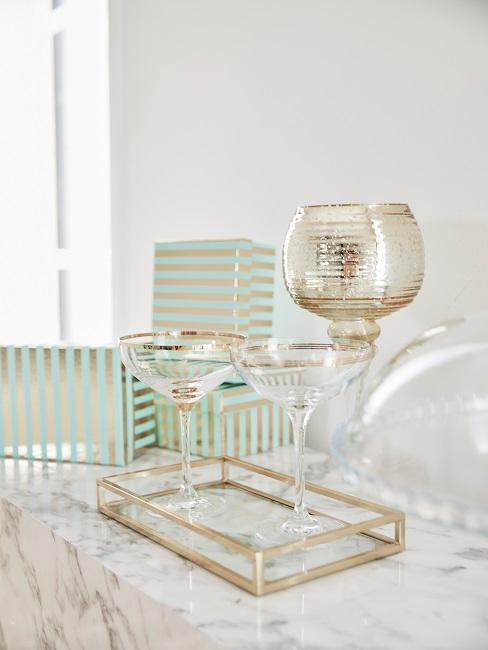 Gläser mit Gold und Geschenke in türkisener Verpackung