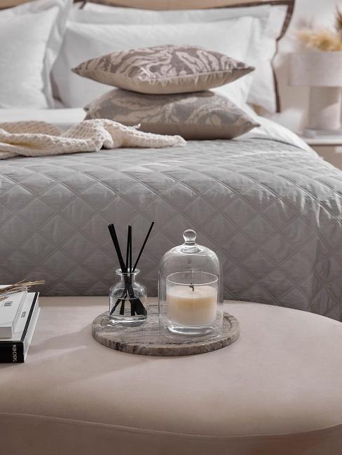 Dekokerze und Duftstäbchen auf Bettbank