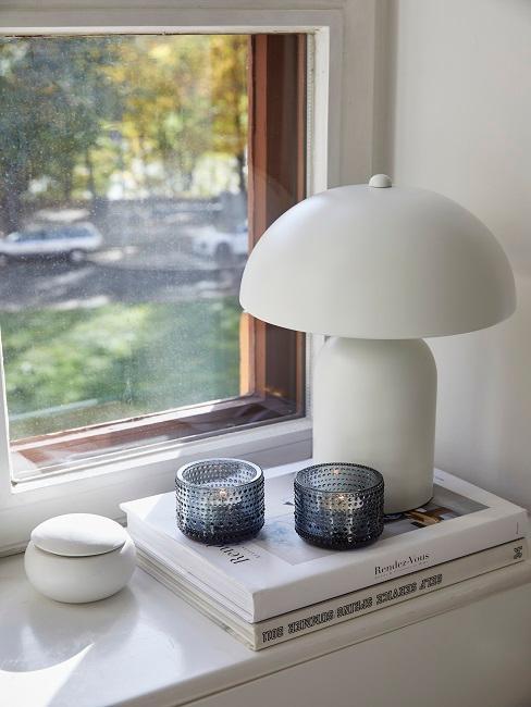 Weiße Pilzlampe vor dem Fenster