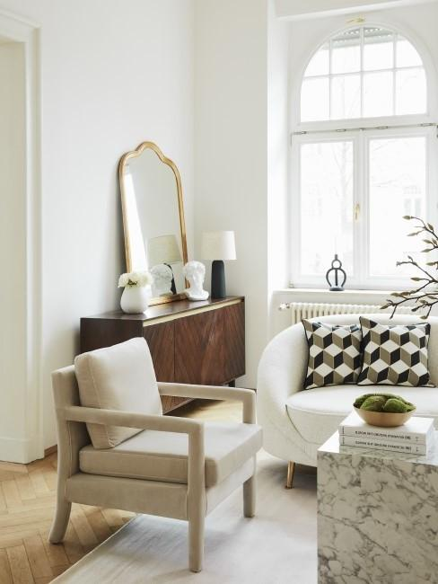 New Heritage Wohnzimmer mit Sessel, Kommode und Spiegel
