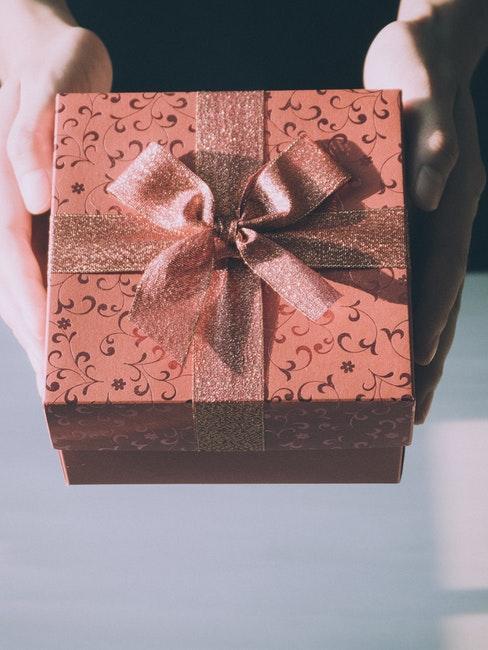 Geschenk standesamtliche Hochzeit überreichen
