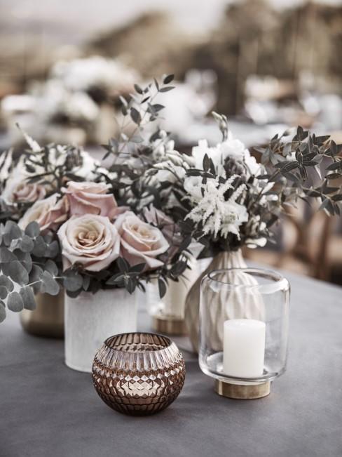 Rosen und Eukalyptus als Tisch Deko