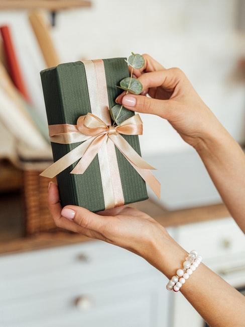 Hochzeitsgeschenk verpackt mit Schleife