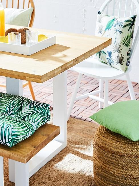 Tisch mit grünen Sitzkissen