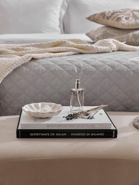 Coffee Table Books mit Duftfläschen auf Bettbank