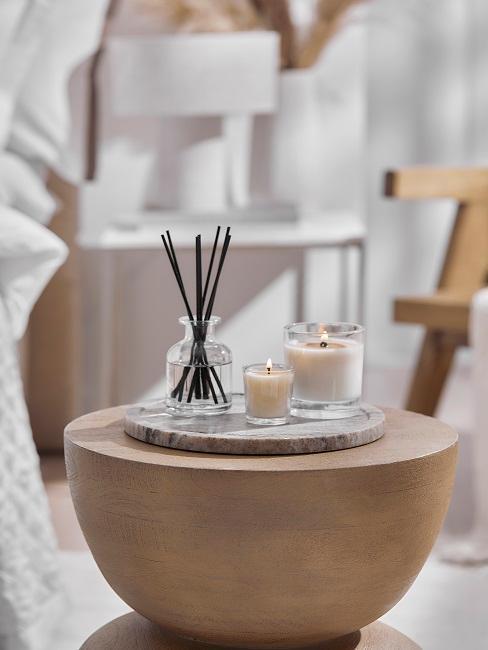 Kleiner Beistelltisch mit Kerzen und Duftstäbchen
