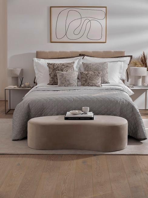 Großes Doppelbett mit vielen Kissen und Bettbank