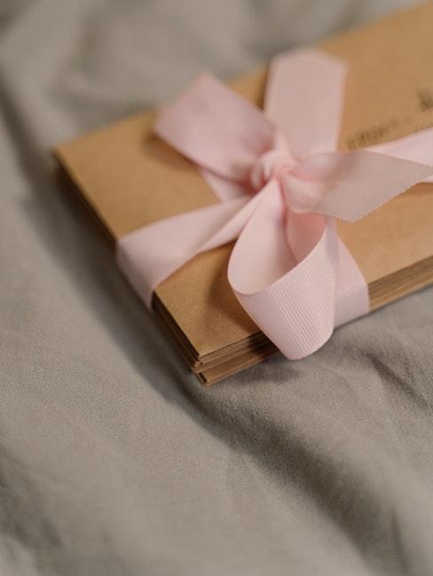 Briefumschläge mit rosa Schleife