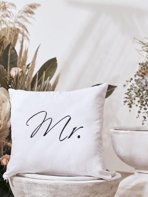 Weißes Kissen mit Mr. Aufdruck als Hochzeitsgeschenk
