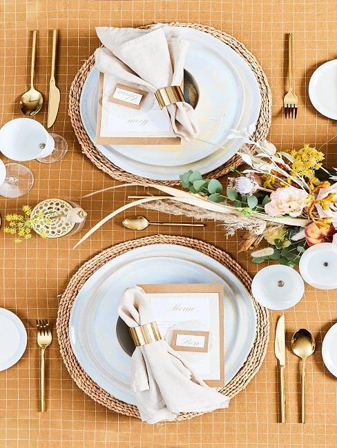 Goldene Tischdeko mit Tischkarten