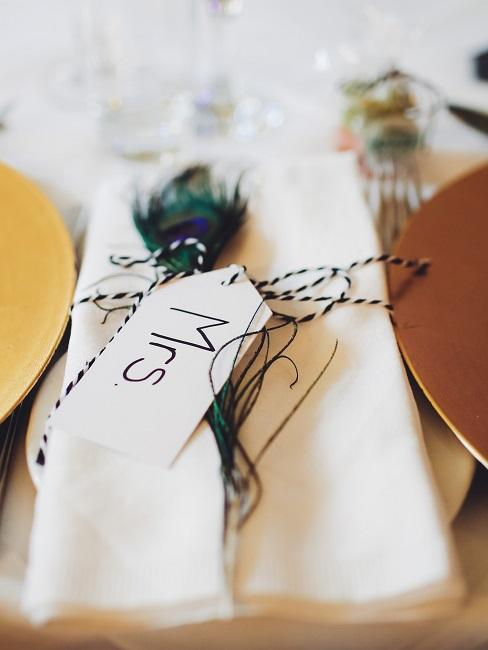 Tischkarte um eine Serviette gebunden