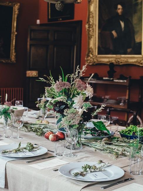 Hochzeitstisch mit viel Deko und Tischkarten