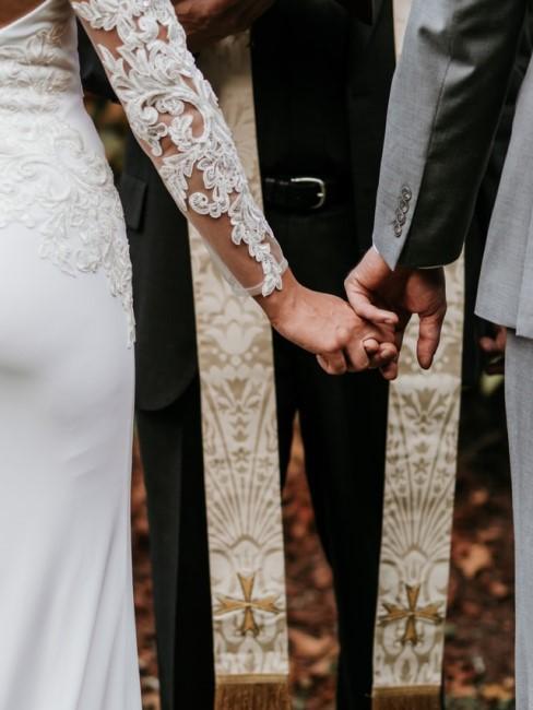 Sich gegenseitig zur Hochzeit beschenken Braut und Bräutigam