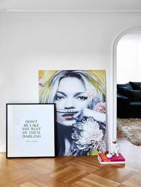 Bild mit Frau und Bild mit Spruch auf Boden