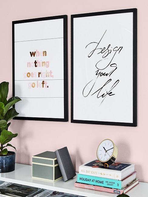 Rosa Wand mit zwei Bildern und Sprüchen