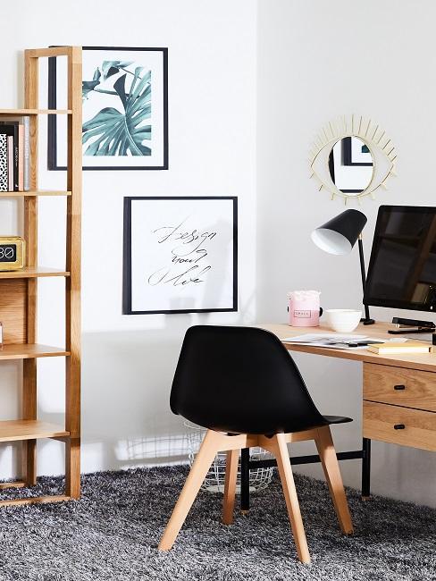 Büro mit Spruch an der Wand