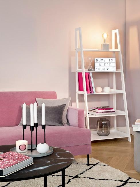 Wohnzimmer mit Leiterregal und Spruch zum Wohnen