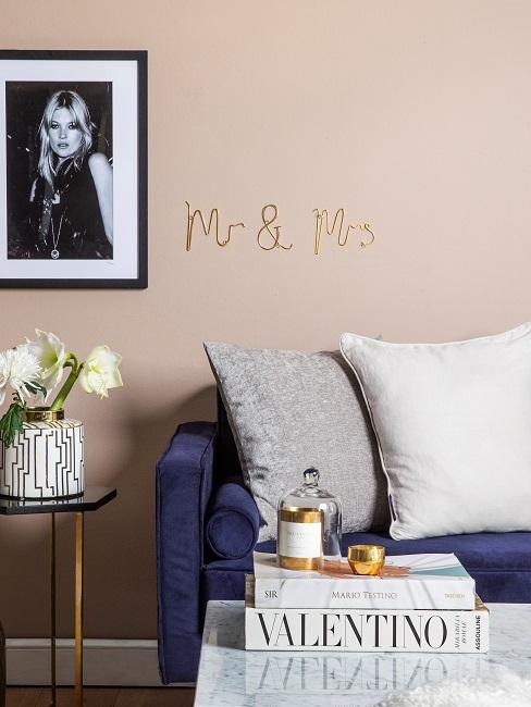 Wohnzimmer mit den Buchstaben Mr und Mrs an der Wand