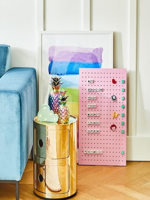 Pinboard in Rosa mit Spruch zum Wohnen