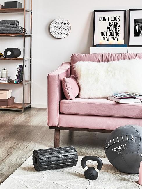 Wohnzimmer mit Motivationsspruch an Wand