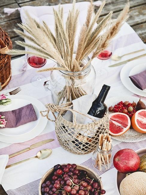 Tischdeko mit roten Früchten