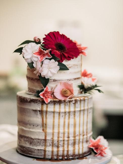 Torte mit roten Blüten