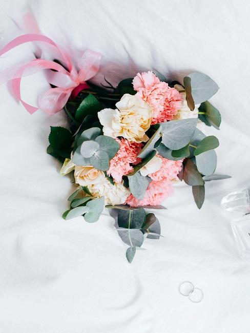 Virtuelle Hochzeit Brautstrauß auf Bett