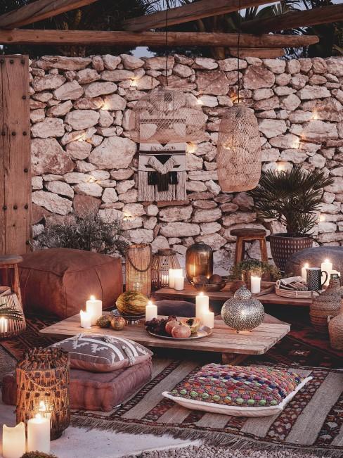 Marokkanische Terrasse mit bunten Sitzkissen für das Zuckerfest