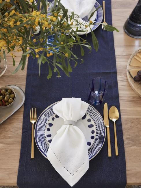 Goldene Details zur dunkelblauen Tischdeko