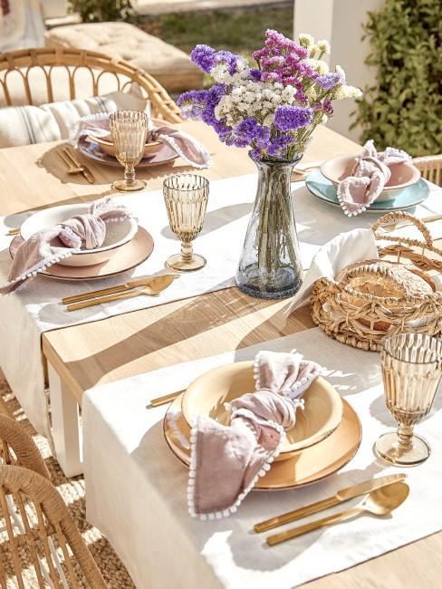 Tischdeko mit natürlichen Materialien und Blumen