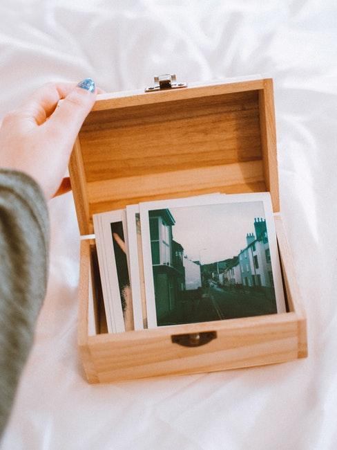 Fotos in einer Box aus Holz