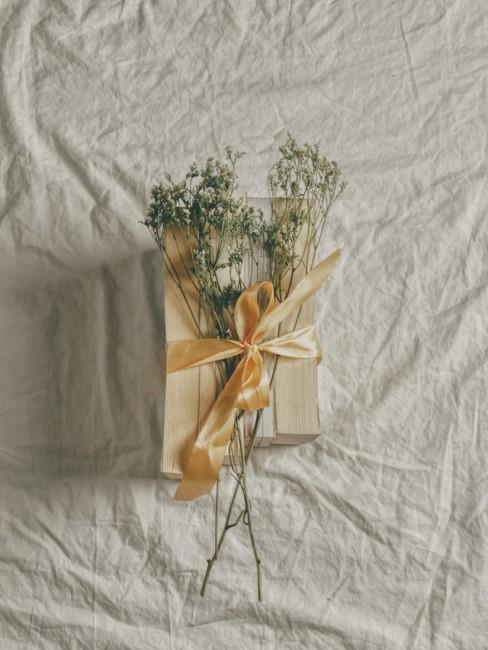 Schlicht verpacktes Geschenk mit Blumendeko