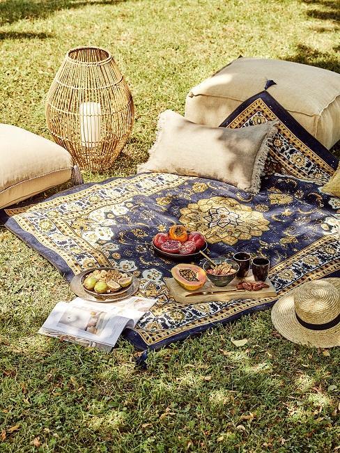 Teppich im Garten für Picknick und Bodenkissen