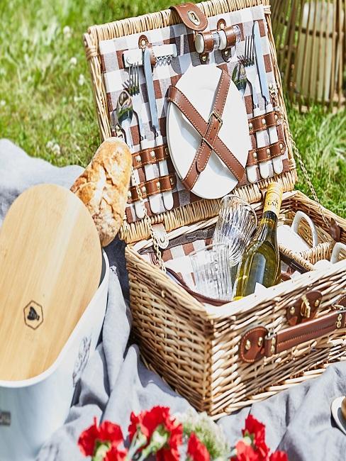 Picknickkorb mit Geschirr, Sekt und Brot