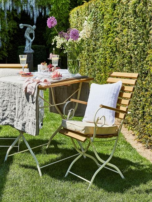 Gedeckter Picknick Tisch und Stuhl im Garten