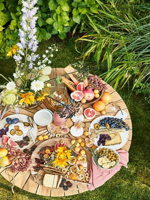 Gedeckter Tisch im Garten für Picknick