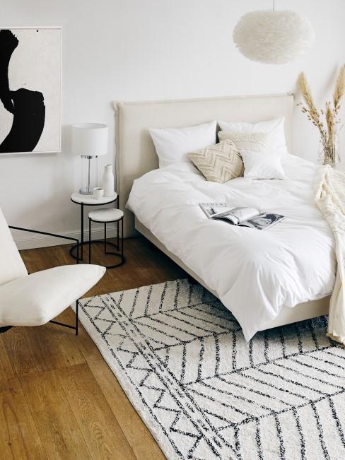 Hell eingerichtetes Scandi Schlafzimmer mit Bohemian-Details