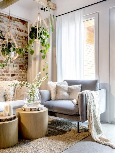 Wohnzimmer im Stilmix mit vielen Hängepflanzen