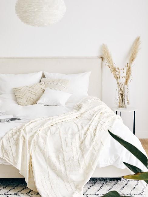 Helles Scandi Schlafzimmer mit Textilien im Boho Look