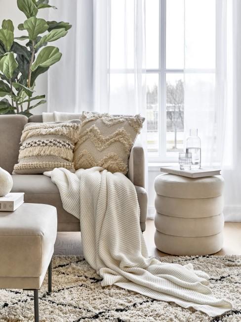 Lichtdurchflutetes Wohnzimmer mit heller Couch und Boho Kissen
