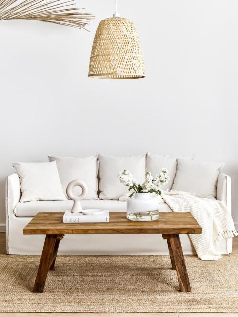 Helles Sofa mit Couchtisch aus Holz und Jute Teppich
