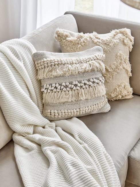 Zwei Kissen im Boho Stil auf dem Sofa