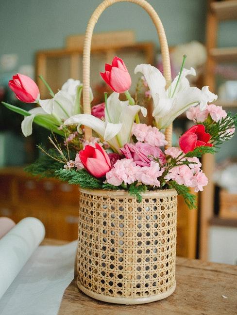 Frische rosa Blumen in einem Korb mit Wiener Geflecht