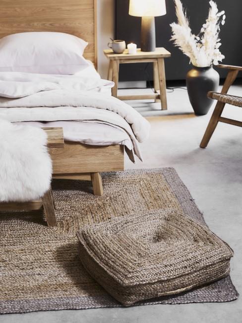 Ein Bodenkissen aus Jute im Schlafzimmer