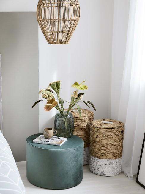 Dunkelgrüner Samt Pouf im Schlafzimmer mit Boho Accessoires
