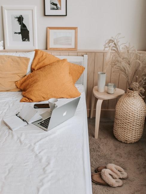 Schlafzimmer im Boho Style mit gelber Bettwäsche