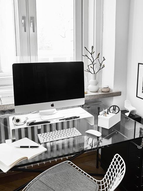 Arbeitszimmer eingerichtet mit Schreibtisch, Stuhl und Büroutensilien