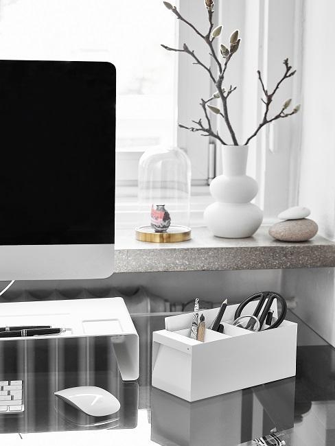 Schreibtisch mit Computer, Stiften und Deko