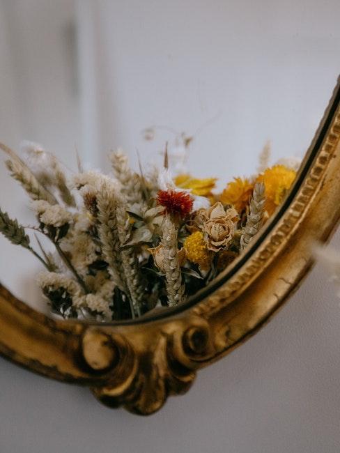 Goldener Spiegel und Trockenblumen Deko