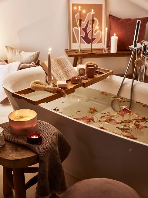 Badewanne mit Ablage für Buch, Kerze und Deko